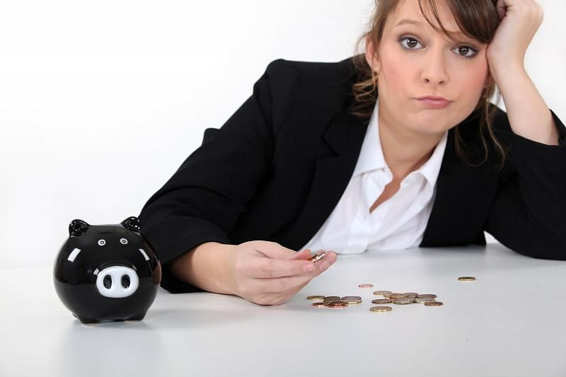 Женщина считает гроши