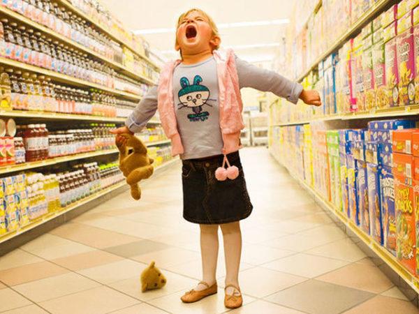 ребенок в большом магазине