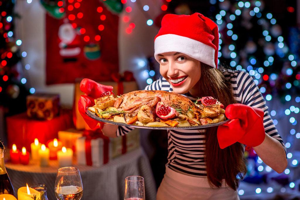 Женщина предлагает вкусное блюдо на Новый год