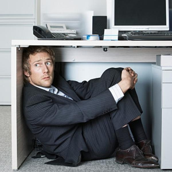 Работник под столом