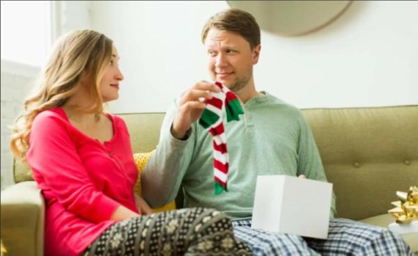 подарила мужу носки