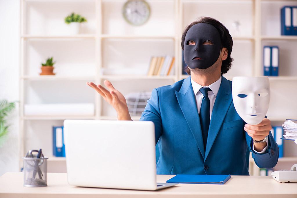 человек меняет маски