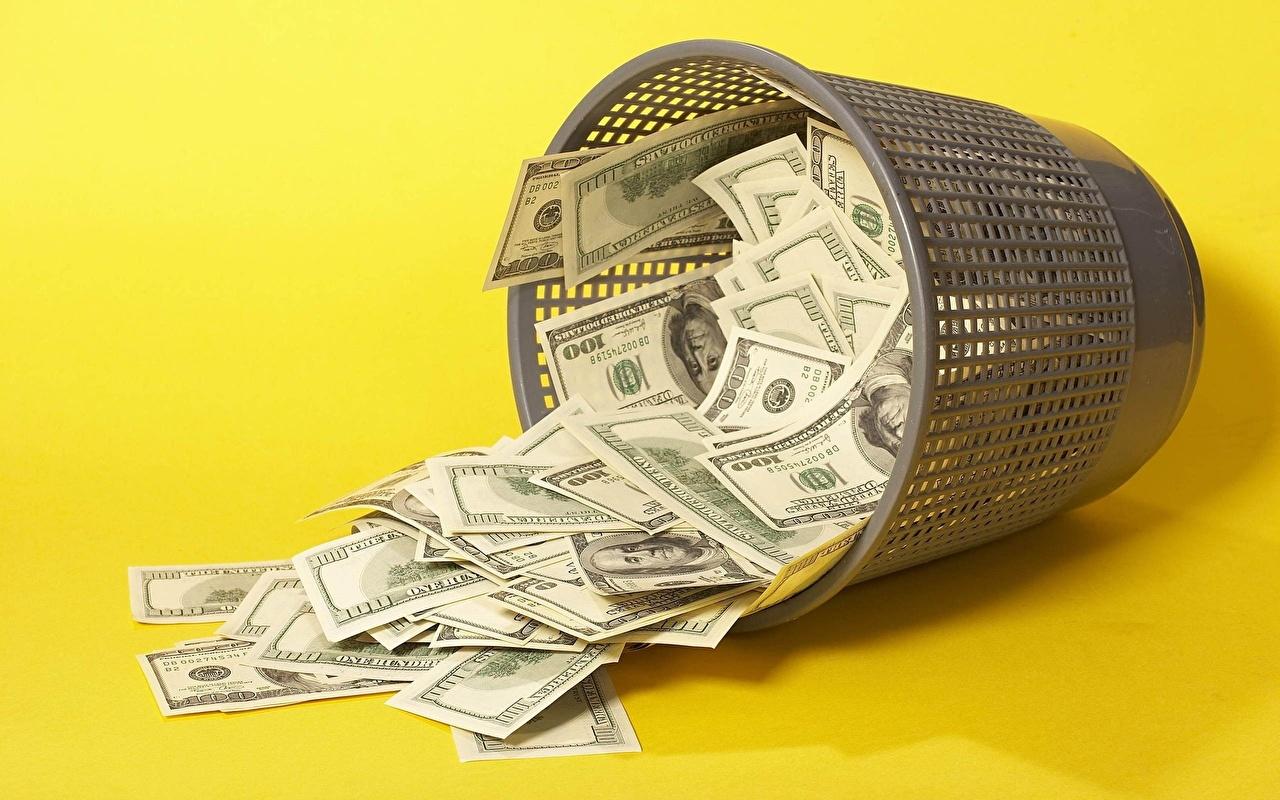 мусорное ведро с деньгами