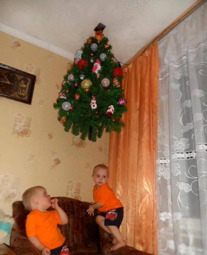 Елка на потолке и дети