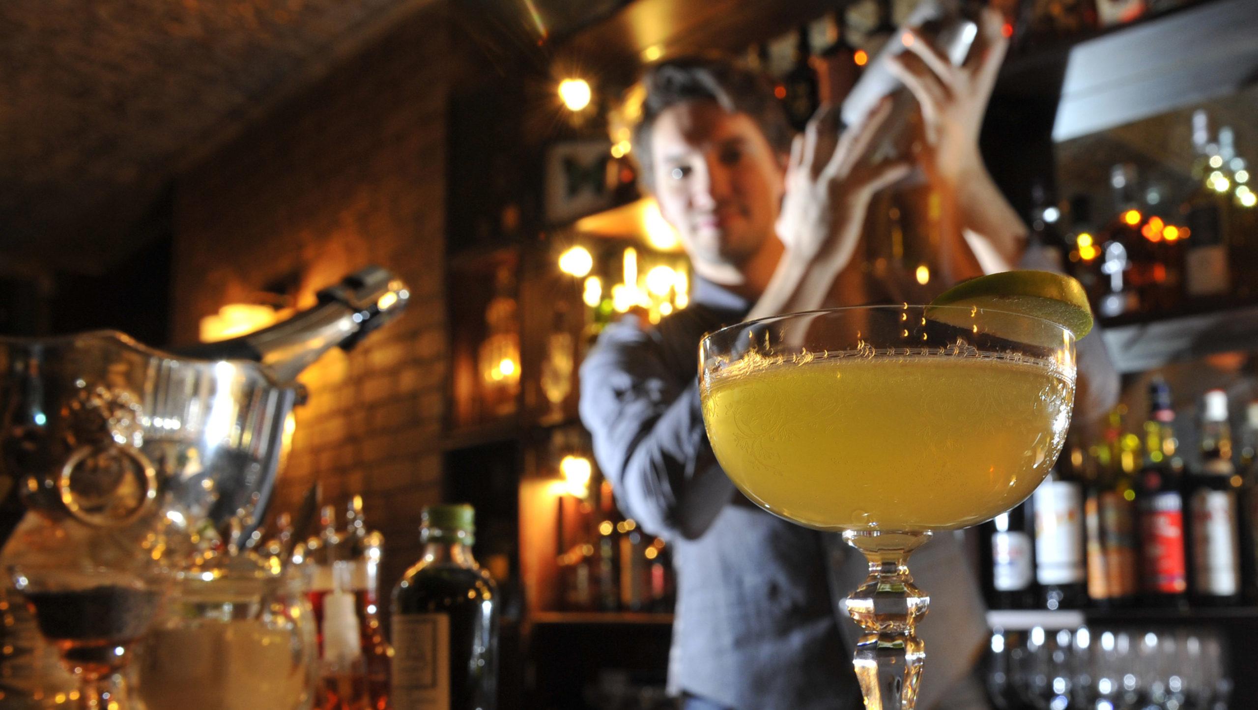 бармен и коктейли