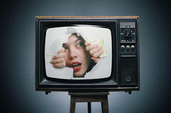 девушка выглядывает из телевизора