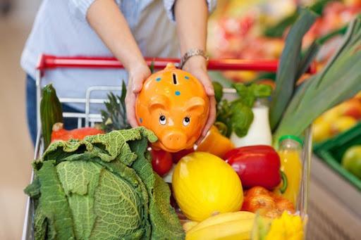 копилка и тележка с овощами