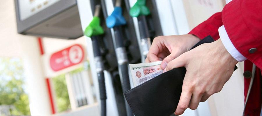 платить за бензин на заправке