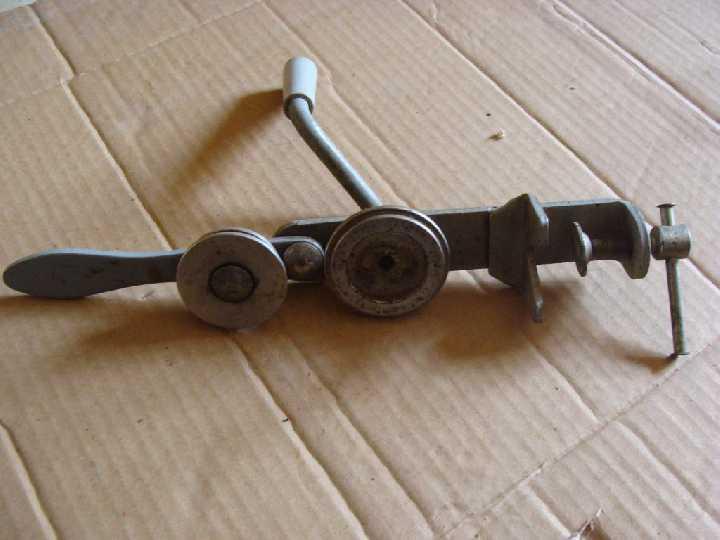 Машинка для выравнивания жестяных крышек