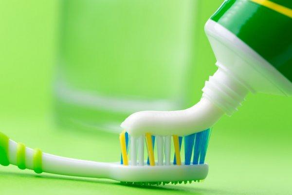 зубная щетка с пастой