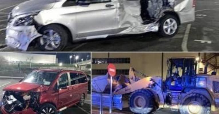 бульдозер давит машины на заводе Mercedes-Benz