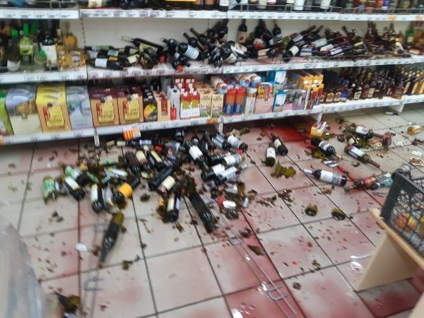 разгром в спиртном отделе супермаркета