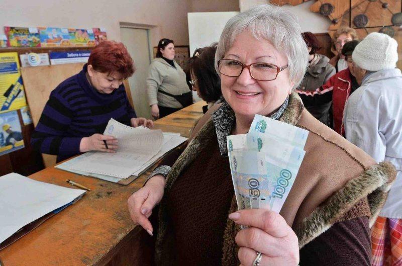 Счастливая женщина держит деньги в руках