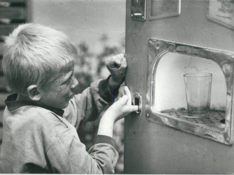 """Ретро-фото """"Советский сорванец пытается добыть газировку из автомата без монеток"""""""