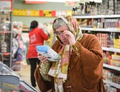старушка читает этикетку в супермаркете