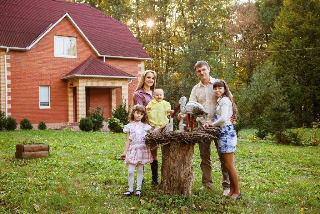 Счастливая семья возле дома