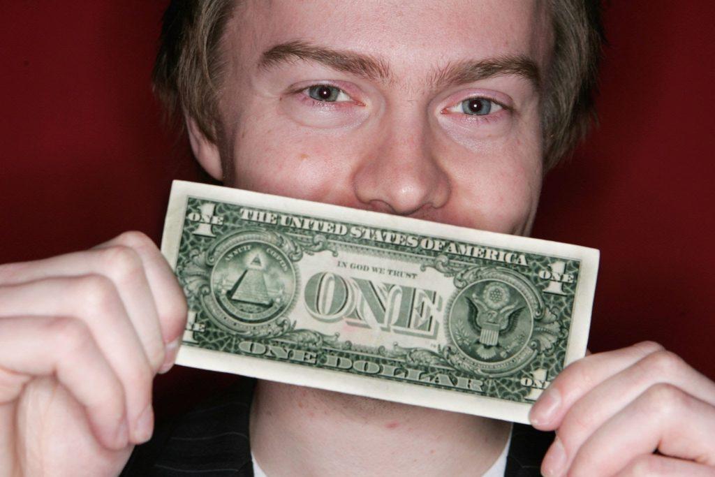 человек держит доллар