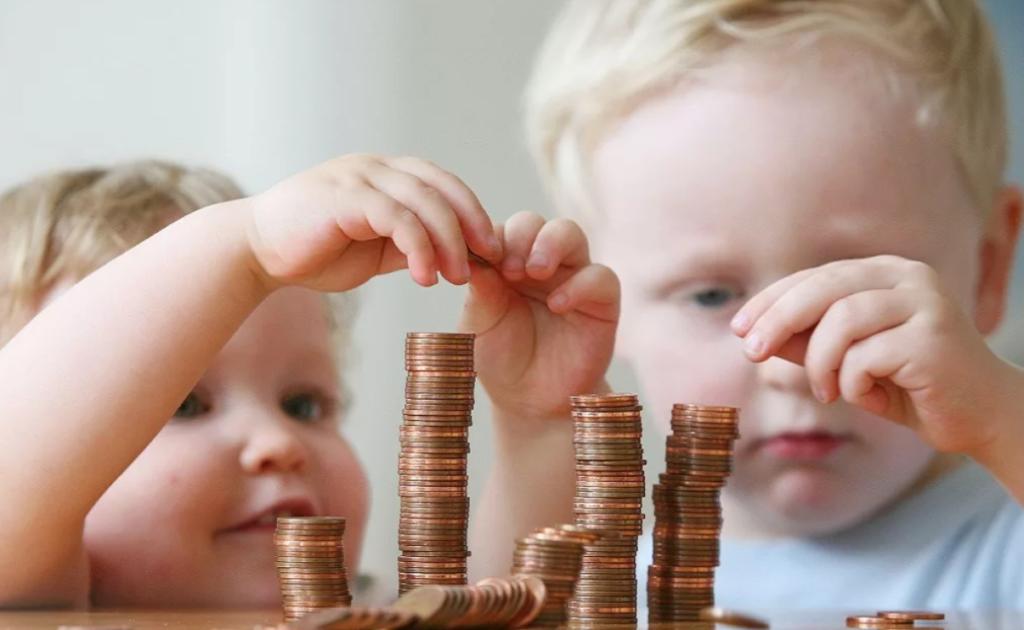 дети складывают столбиком монетки