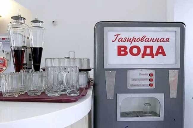 Автомат газводы и граненные стаканы на подносе