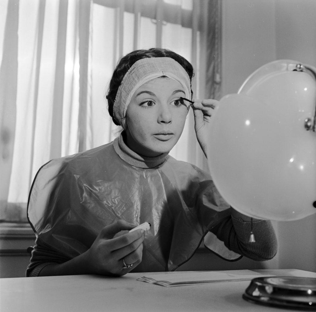 Советская женщина у зеркала
