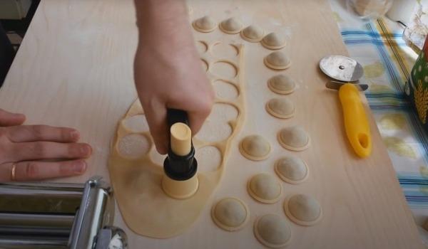 Орудие для готовки пельменей