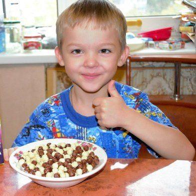Ребенок ест шоколадные шарики