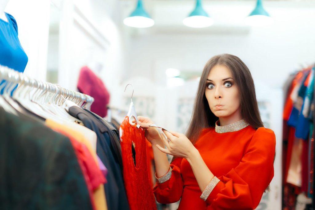 Девушка удивлена в магазине