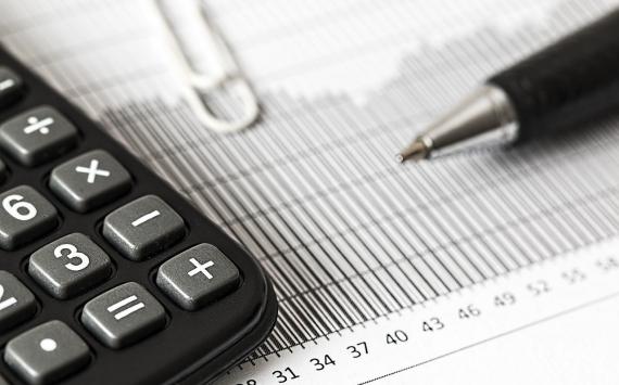 Калькулятор, ручка и пустая ведомость