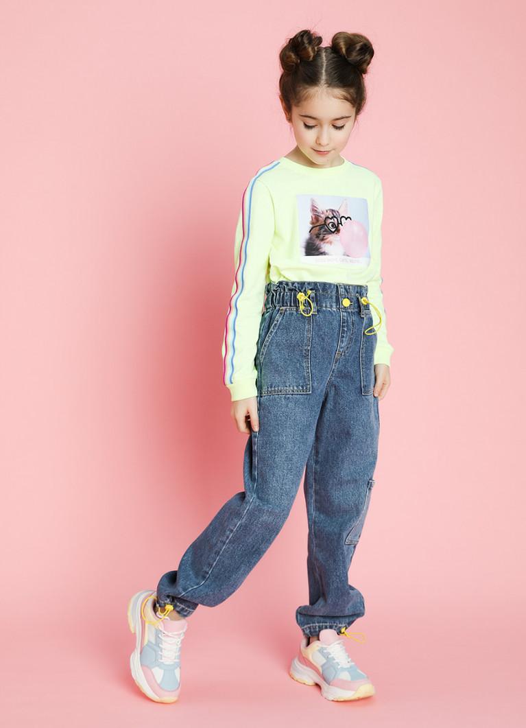 Девочка в джинсах
