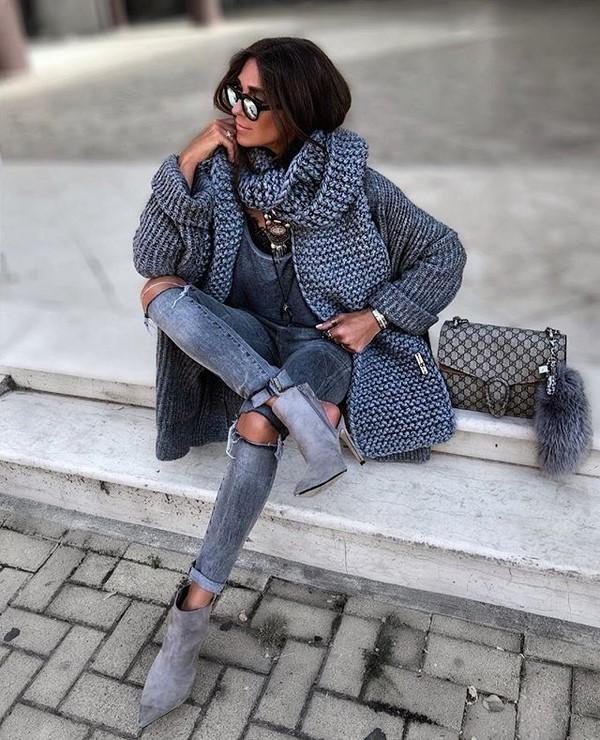 Женщина в кардигане и в джинсах