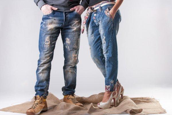 Женские и мужские ноги в джинсах
