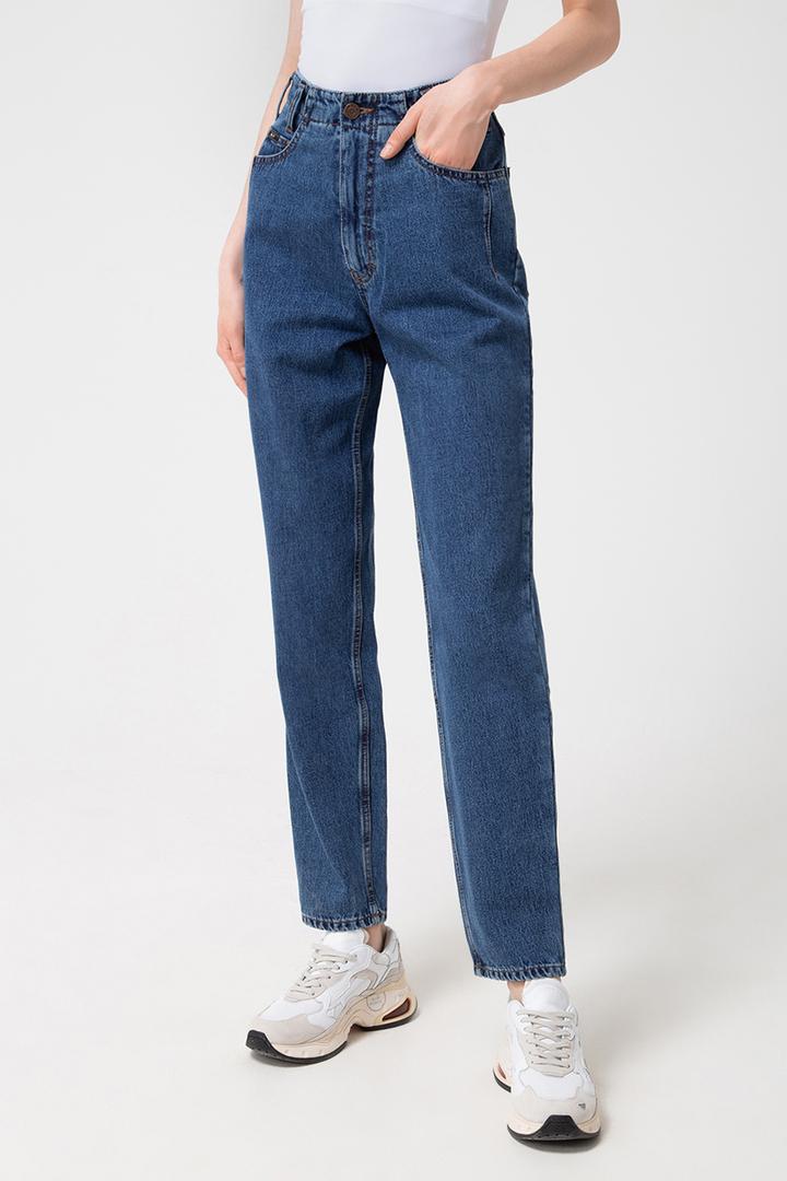 Ноги в джинсах и кроссовках