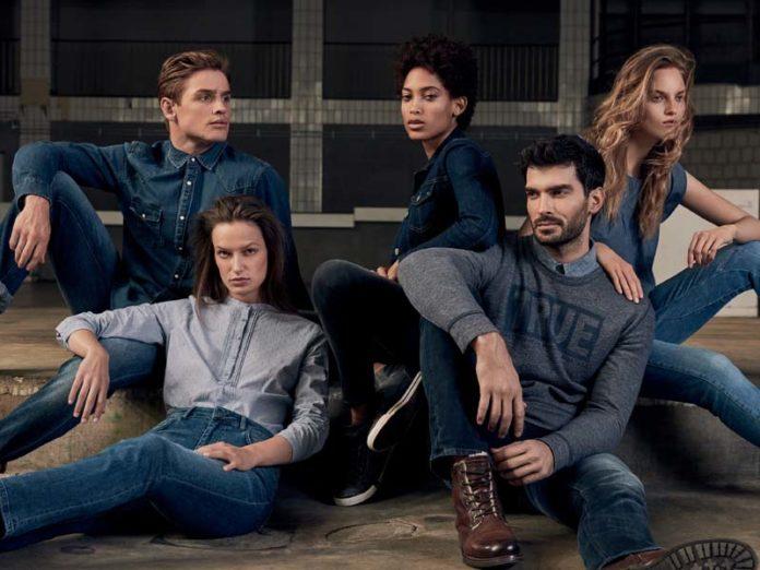 Молодые люди в джинсах