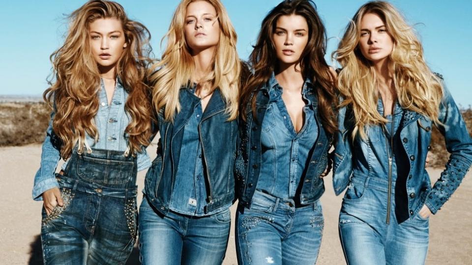 Девушки в джинсовой одежде