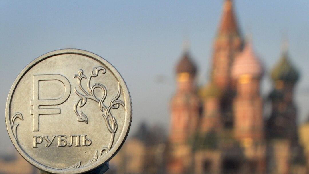 Железный рубль на фоне кремлевских башен