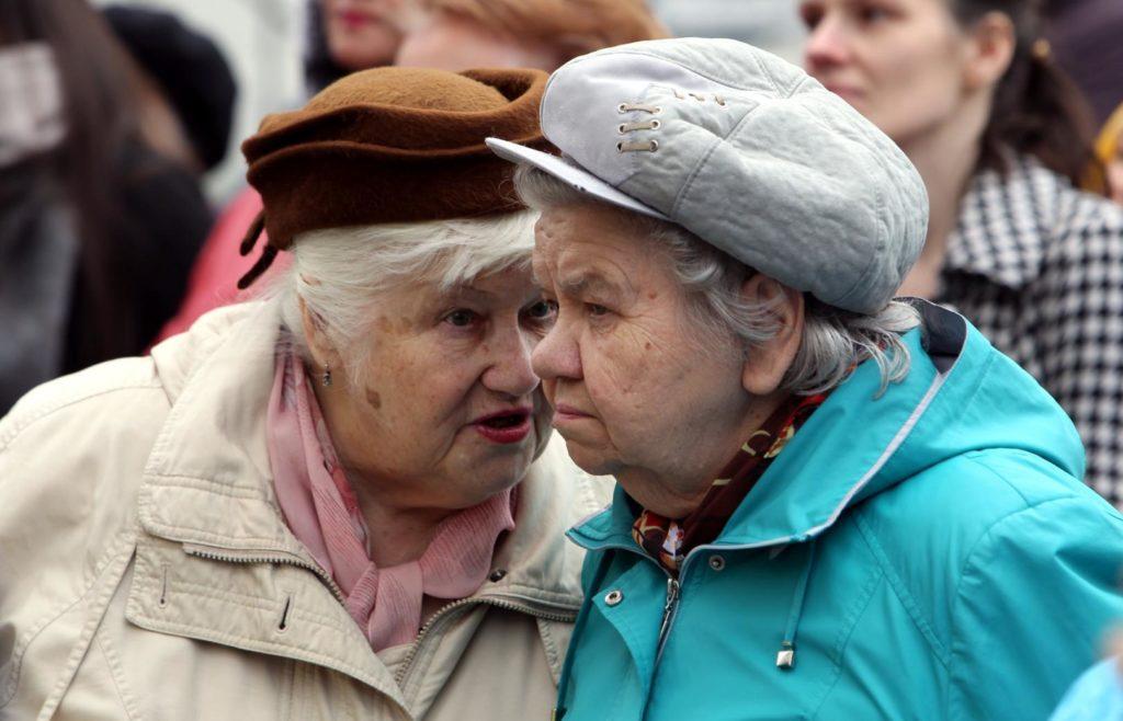 Пожилые дамы шепчутся