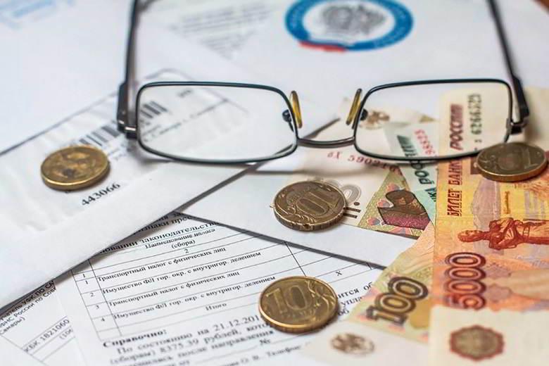Очки, железные и бумажные деньги, письма и счета