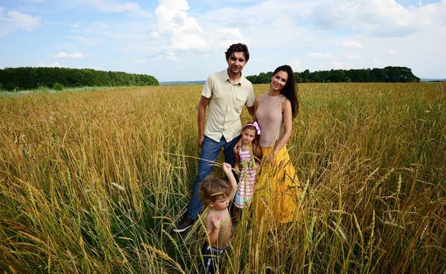 Молодая семья с детьми в поле