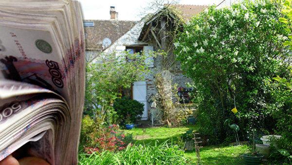 Деньги на фоне садового домика