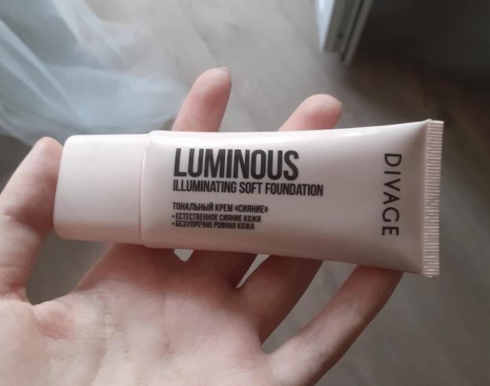 Тональный крем в руке DIVAGE Foundation Luminous