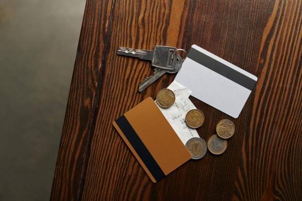 карты, ключи, деньги