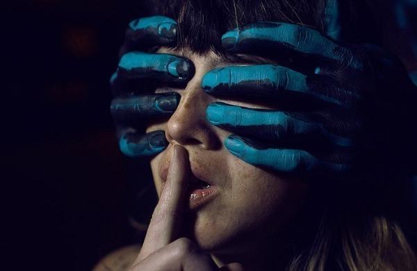 закрыть кому-то глаза