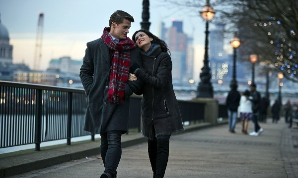 пара гуляет по городу