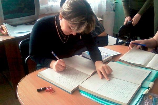учитель заполняет журнал
