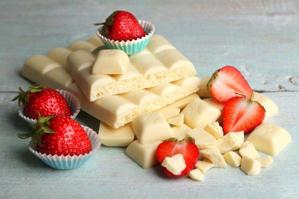 Плитки белого шоколада и клубника