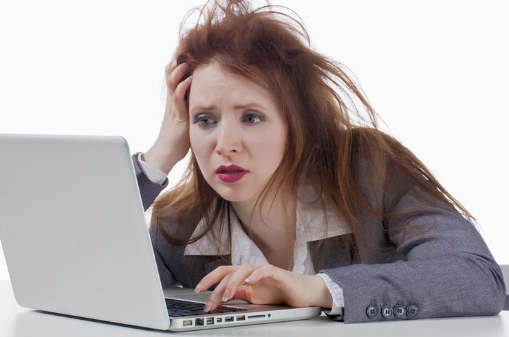 Девушка за ноутбуком с неряшливой прической