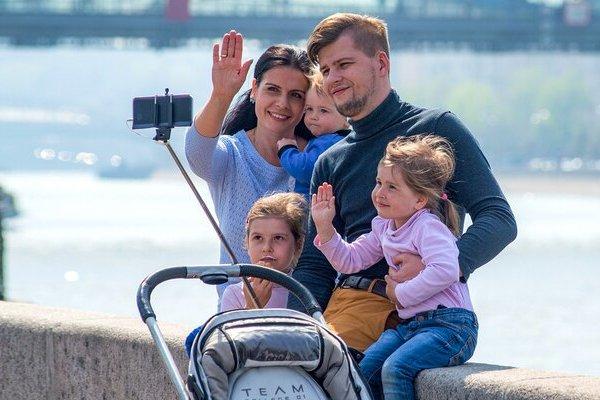 Молодая семья с тремя детьми