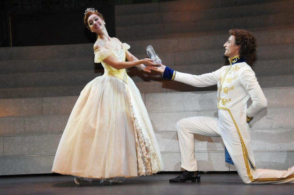 Золушка с туфелькой и принц