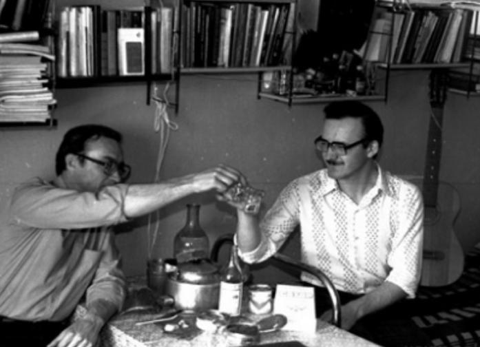 Советское фото двух мужчин с рюмками