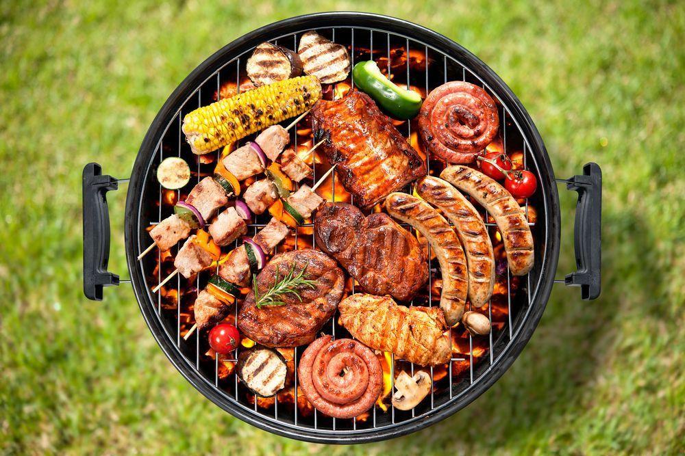 Колбаски, мясо и овощи гриль